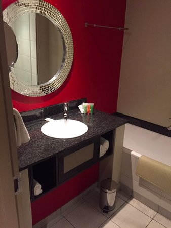 Peermont Mondior at Emperors Palace: bathroom