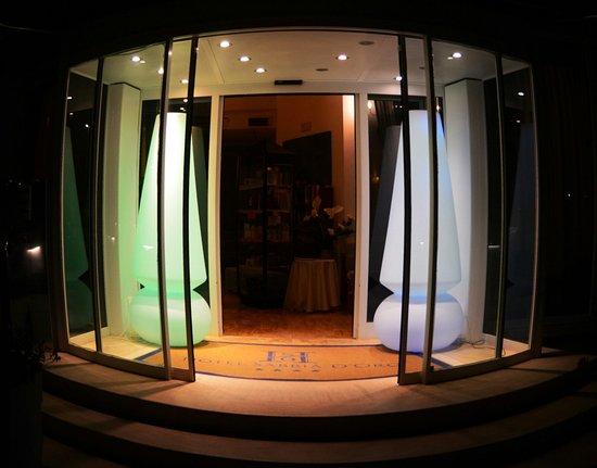 Hotel Sabbia d'Oro: Ingresso  by night