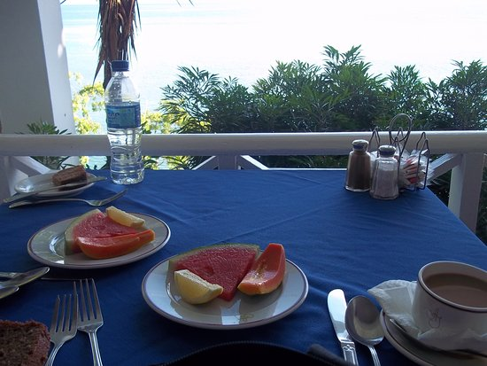 Hibiscus Lodge Hotel: Breakfast nuk at the hotel so nice outside w. great staff