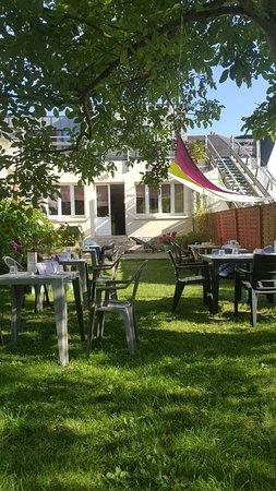 Plestin les Greves, فرنسا: Vue du jardin ombragé chez Avel Zo Plestin
