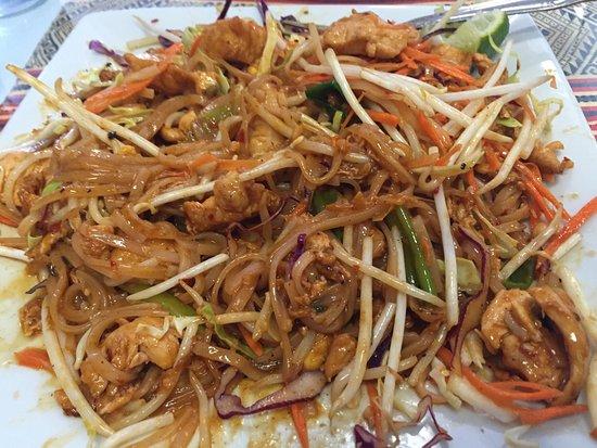 Murrieta, كاليفورنيا: Pad Thai with chicken and Garlic Pepper Beef