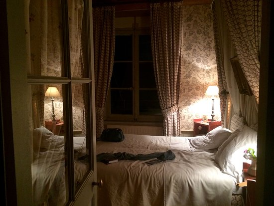 La Reserve: Bedroom ready for the night