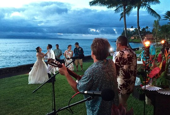 Lokelani Condominiums: Wedding Reception on the lawn btween condo's and ocean