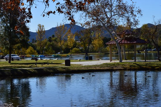Santee, Калифорния: One of the playgrounds and lakes.