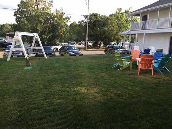Julie's Park Cafe & Motel: Courtyard seating