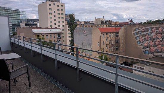 Balkon 2 Mit Tisch Und Stuhle Bild Von Hampton By Hilton Berlin