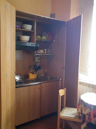 Affittacamere L'Arancio: Cucinino nascosto in un armadio in camera