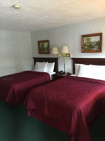 Stonybrook Motel & Lodge: Very clean room. Bathroom as good as new. Parking lot. Wifi. Microwave and fridge and tv in the