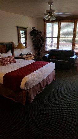 Wildwood Inn: Bed and sofa