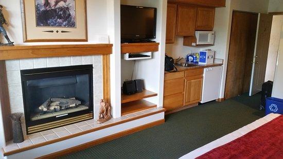 Wildwood Inn: Fireplace, kitchenette