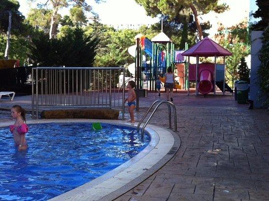 MedPlaya Hotel Calypso: Детский бассейн, две горки и мелкая речушка для совсем маленьких (по щиколотку)