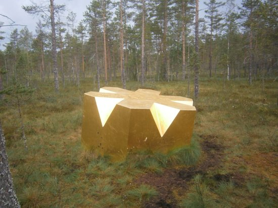 ยูสดาล, สวีเดน: Utsmyckning på myren