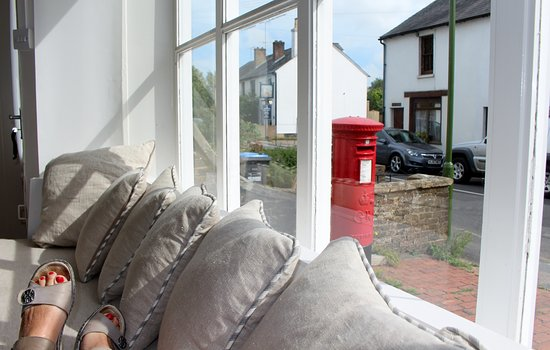 Ditchling, UK: Sitting in the window seat, the space between the 2 properties, is where the lovely little pub i
