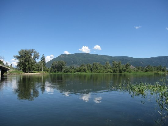 Enderby, Kanada: Floating/kayaking on the Shuswap by riverside Rv campground