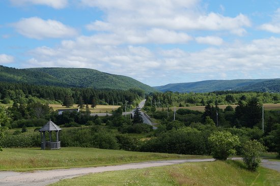 Margaree Riverview Inn: The view from the hotel, across the river and down the Cabot Trail.