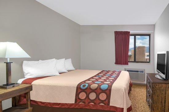 Super 8 Taos: suite