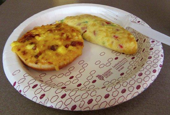 Hampton Inn Kansas City Airport: Breakfast-bagel topper and omelet