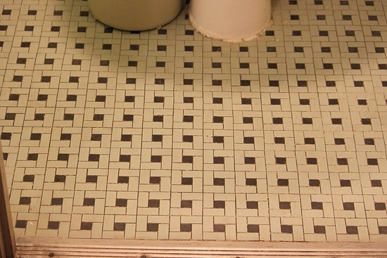 Franklin Furnace, Огайо: This shows that the bathroom floors have old style tile. I actually prefer this.