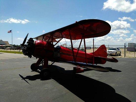 Manteo, Carolina del Norte: red biplane