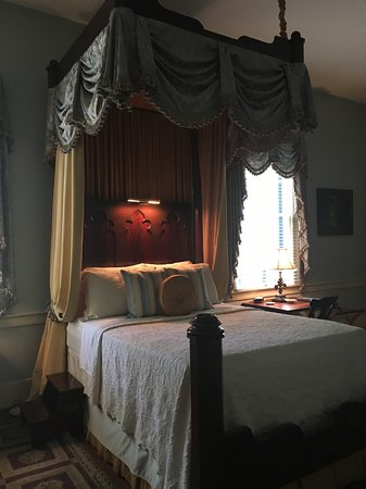 Historic Oak Hill Inn: Bed in the master suite.