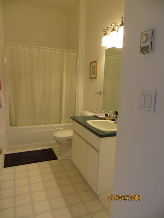 Tuckers Inn B&B and Spa: Bathroom large & spacious.