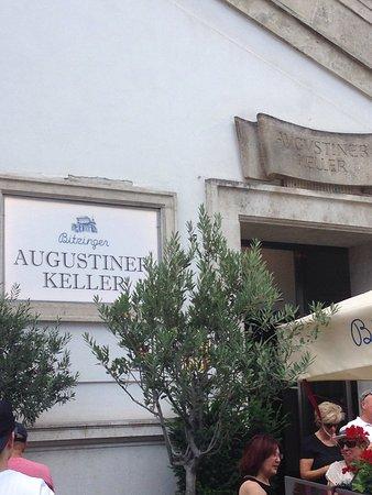 Augustinerkeller: Außenseite mit Freisitz