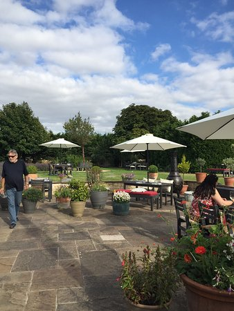 The Ragged Cot Inn: Lovely gardens at the Ragged Cot
