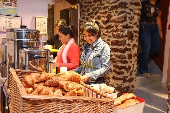 Le Montclair Hostel: Parisian breakfast
