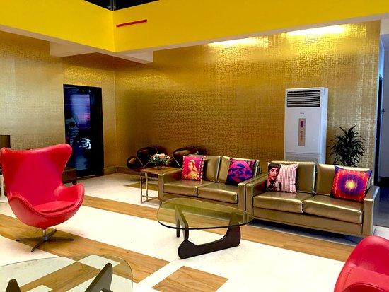 Landmark Suites: Bollywood Design Hotel Lobby 2
