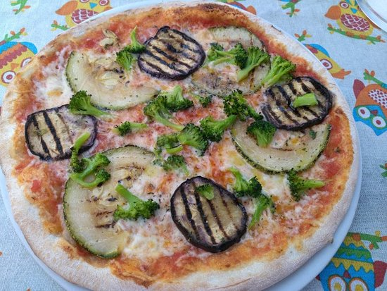 Wemding, Alemania: Pizza mit gegrilltem Gemüse