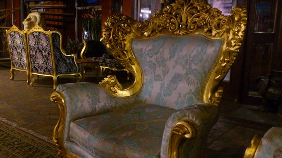 Hotel Fontaine Royal: Royal Chairs For The Guests