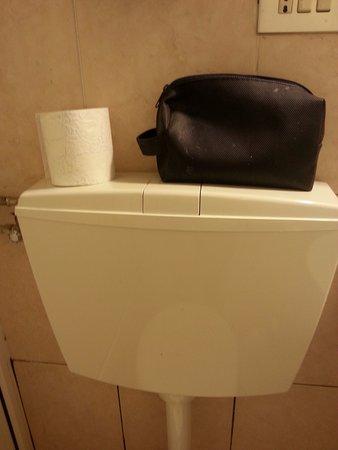 Senza mensole e porta rotoli senza accessori bagno foto di b b cinque terre tra il - Cinque terre dove fare il bagno ...