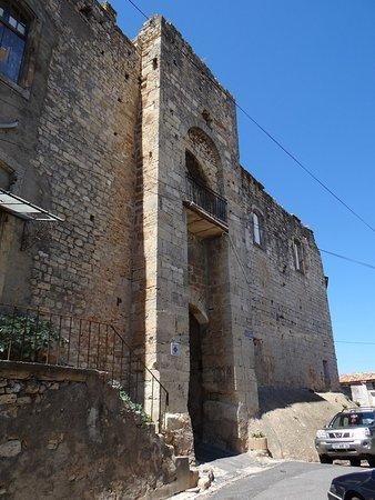 L'entrée du château de Puisserguier