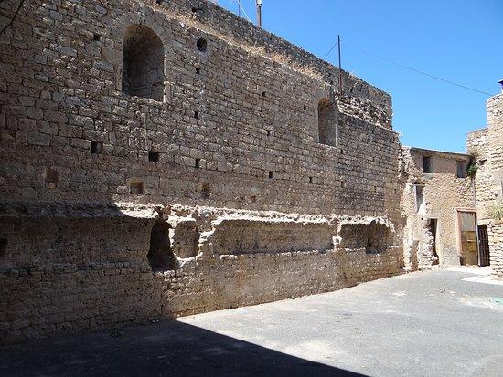 La cour du château de Puisserguier