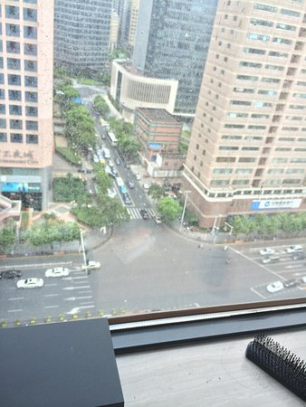 Grand Mercure Shanghai Central: Big window but extremely dirty