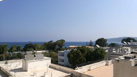 Hotel Solemar: Kamer met landzicht gekozen, toch nog beetje zee!