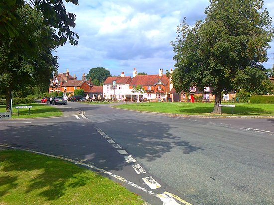 Wisborough Green, UK: The pub on the quiet roads of the green