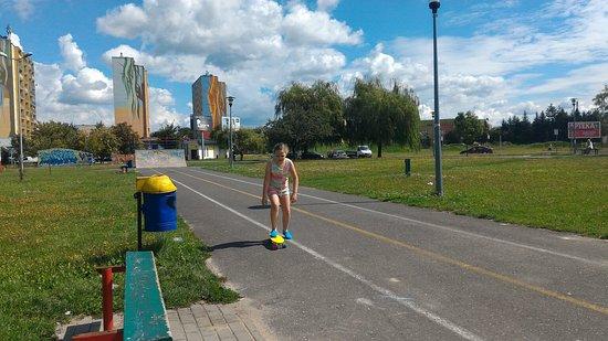 Skierniewice, Polonya: Całkiem spory teren do odpoczynku dla dzieci i rodziców. W sąsiedztwie znajdziemy także markety