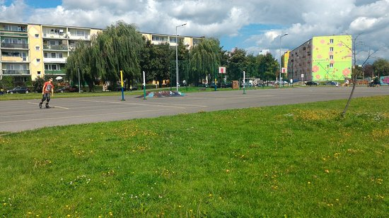 Skierniewice, โปแลนด์: Całkiem spory teren do odpoczynku dla dzieci i rodziców. W sąsiedztwie znajdziemy także markety