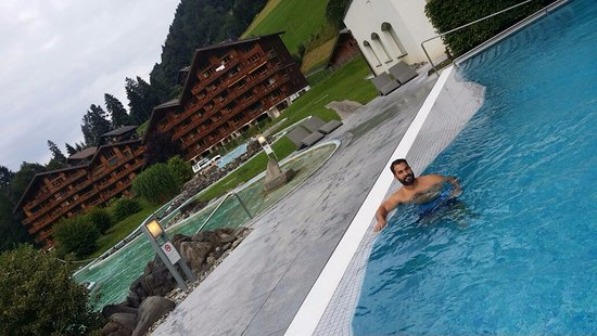 Val-d'Illiez, Suiza: Outdoor Pool and the apartments' buildings behind