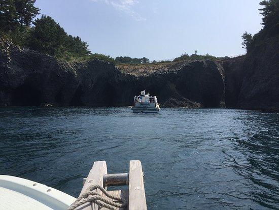 Nanatsugama: 七ツ釜遊覧船は、イカ丸ではなく、七ツ釜の近くにある漁協青年部が週末やってる遊覧船が最高です。1000円/人です。 小型の漁船で、七ツ釜に向かいます。