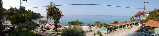 Pefkari, กรีซ: Panorama view on the beach and restaurant