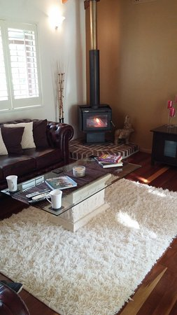 Eagle Heights, Australia: Guests lounge room, Lovely fire going. So cosy