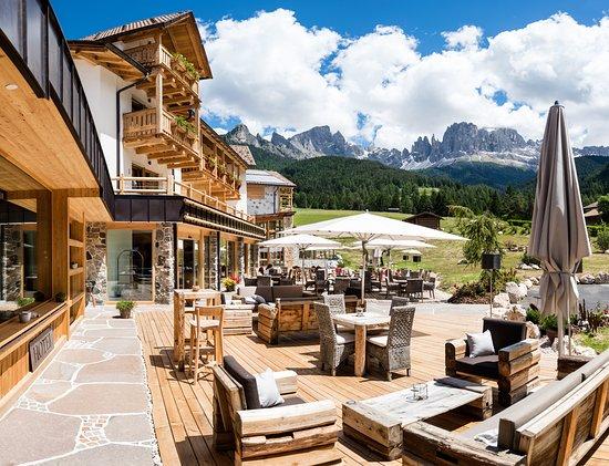 Cyprianerhof Dolomit Resort: Cyprianerhof mit Blick zum Rosengarten