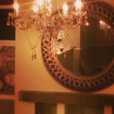 The Three Cranes: Restaurant Chanelier & Mirror