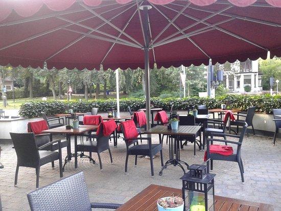 Restaurant fletcher hotel restaurant apeldoorn foto van fletcher hotel restaurant apeldoorn - Overdekt terras voor restaurant ...