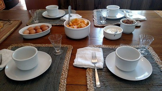 Bourne, MA: Country style continental breakfast