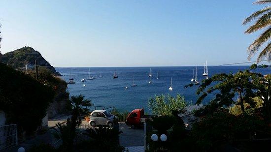 Hotel Villa Bina: Impagabile veduta del mare cristallino dalla stanza dell'Hotel a noi riservata durante il piacev