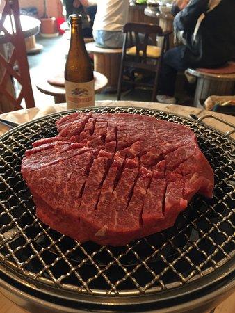 Kasaoka, Japan: 岡山県笠岡に笠岡干拓地で育てたこだわりの谷本牛。 谷本牧場では、黒毛和牛とホルスタインを交配してF1の牛を、焼肉たにもとだけで食べられます! 黒毛和牛よりもあっさりとして牛が苦手な人も食べやす