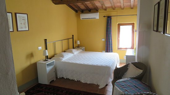 Agriturismo Marciano: Clean but very uncomfortable bed and pillow.
